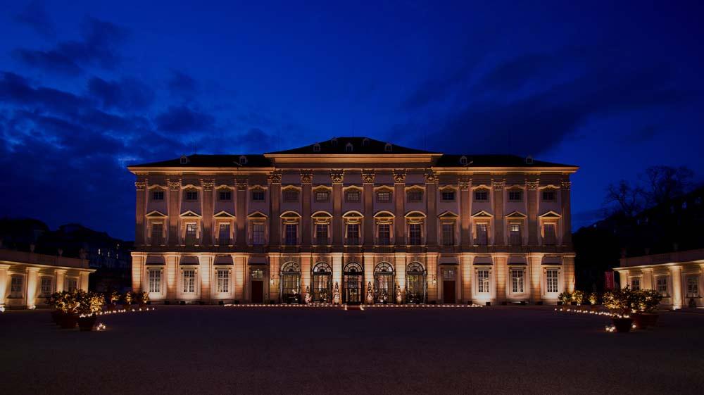 Das Palais Liechtenstein in Wien bei Nacht - Spielstätte für das Neujahsrkonzert des Wiener Hofburg-Orchester