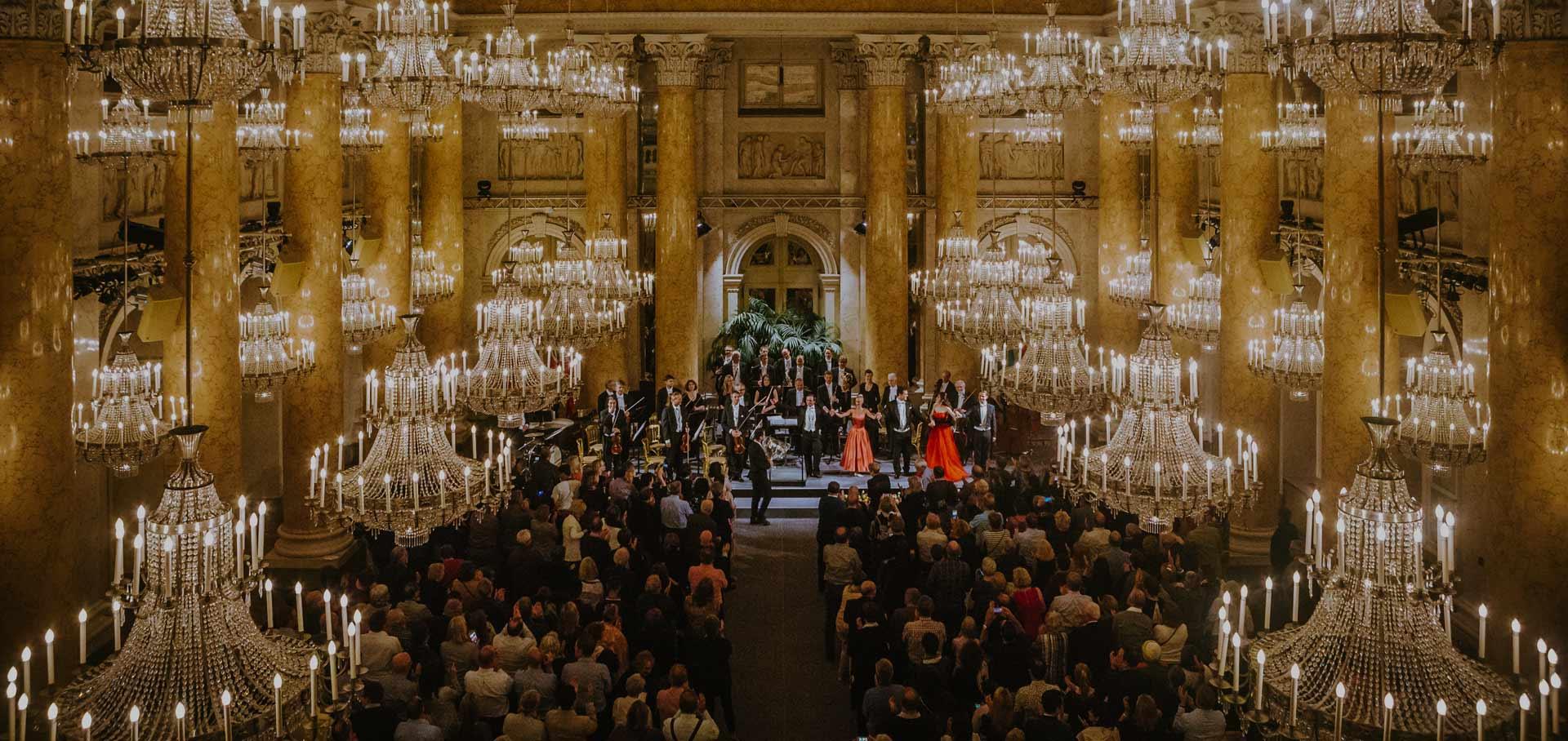 Wiener Hofburg-Orchester bei einem klassischen Konzert im Zeremoniensaal der Hofburg Wien mit standing ovations