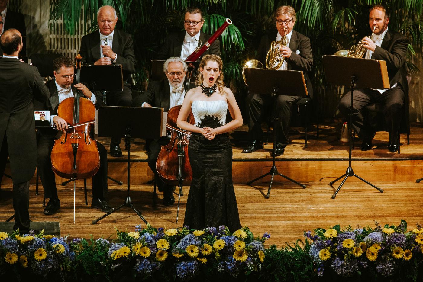 Wiener Hofburg-Orchester bei einem klassischen Konzert mit Ella Tyran als Sopran