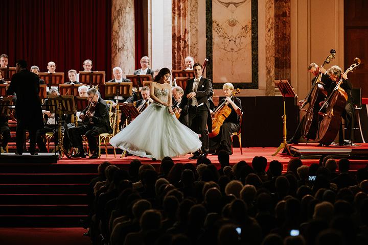 Sopran und Bariton im Duett auf der Bühne im Festsaal der Wiener Hofburg