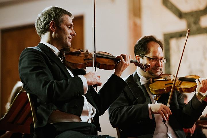 erste Geige Christian Scholl beim Weihnachtskonzert des Wiener Hofburg-Orchester en el concierto de navidad de la orquesta