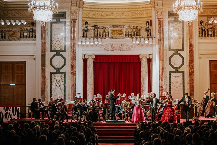 Рождественский концерт Венского Хофбург оркестра происходят четыре оперных певцов