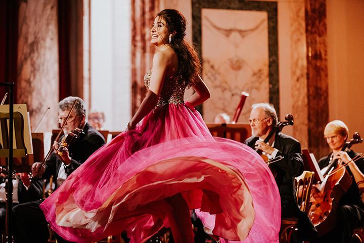 Сопрано Венского оркестра Хофбург раскидывает розовое платье для принцессы Царда