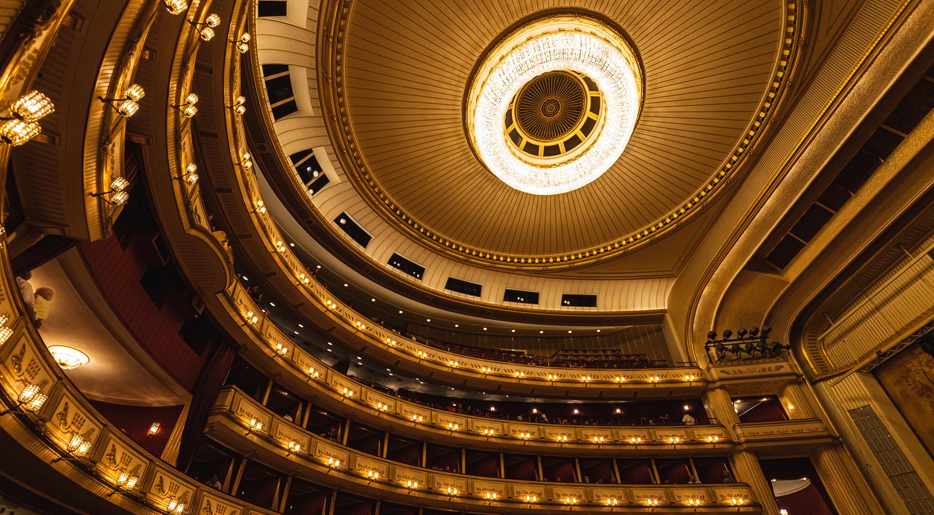 维也纳国家歌剧院的小屋和天花板照明